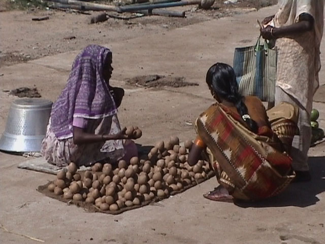 Selling potatos in Pondicherry