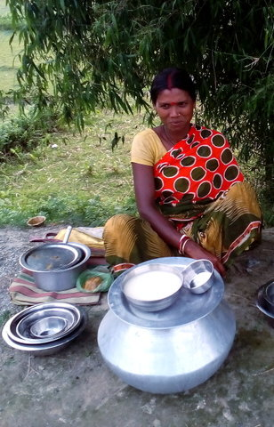 Name:  7 A woman Selling Haria ( Rice Beer) Near Sikia Jhora.jpg