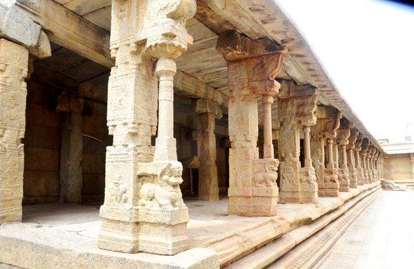 Lepakshi Temple columns.jpg