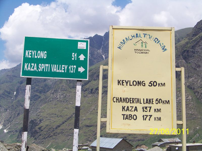 Distance board at Gramphoo, 14 km before Rohtang pass ...