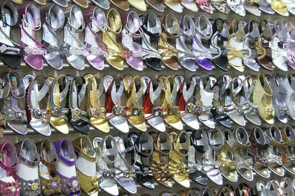 Being one of the famous shopping place, Sarojini Nagar is one of the top shoe market in Delhi where you get the best in quality at the most reasonable prices. 4. Karol Bagh. One of the oldest shopping market in Delhi, Karol Bagh is one of the best place to buy footwear.
