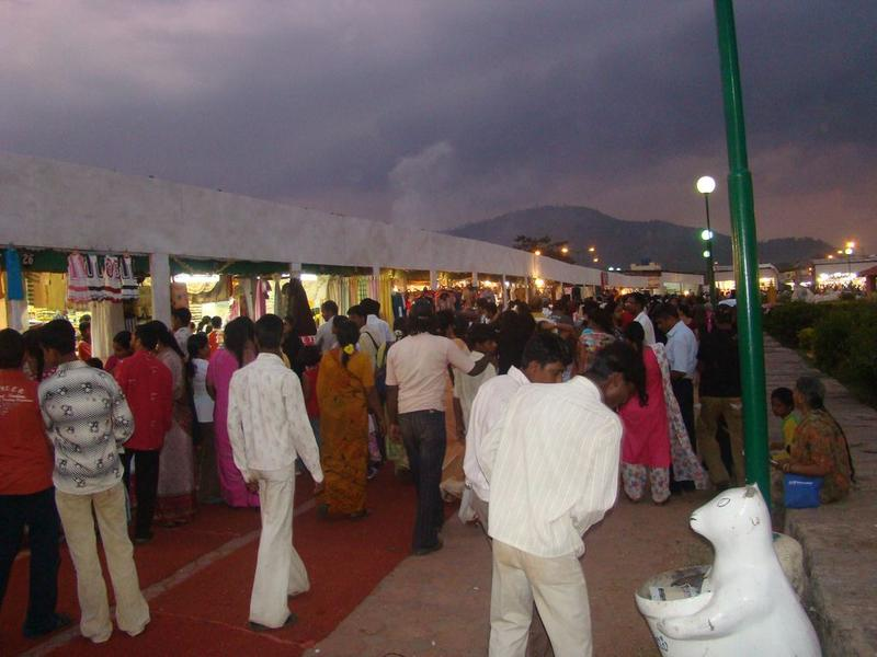 http://www.indiamike.com/india/attachments/8533d1223311348-mysore-dasara-2008-photo-feature-dasara_exhibition_crowd.jpg